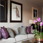 Серые и фиолетовые диванные подушки