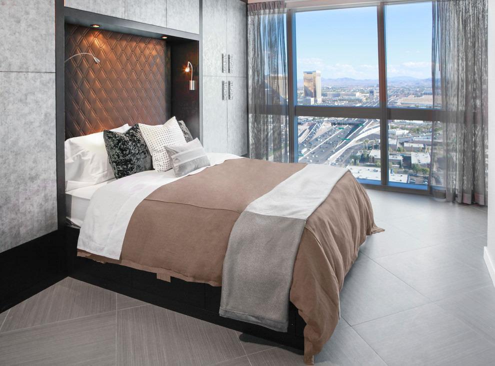 Небольшая спальная комната с тюлем серого оттенка