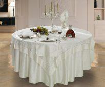 Шикарная квадратная скатерть на круглом столе
