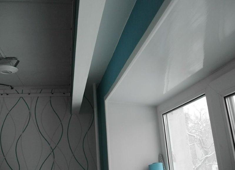 Фото ниши на потолке гостиной для скрытого монтажа карниза для штор