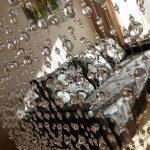 Стеклянные бусины на занавеси в дверном проеме