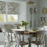 Легкая римская штора-мини на окне кухни