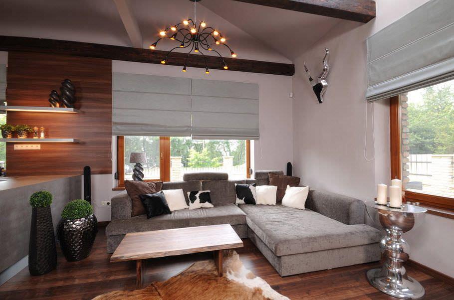 Угловой диван в гостиной с римскими шторами