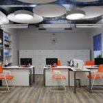 Оранжевые стулья в офисном помещении