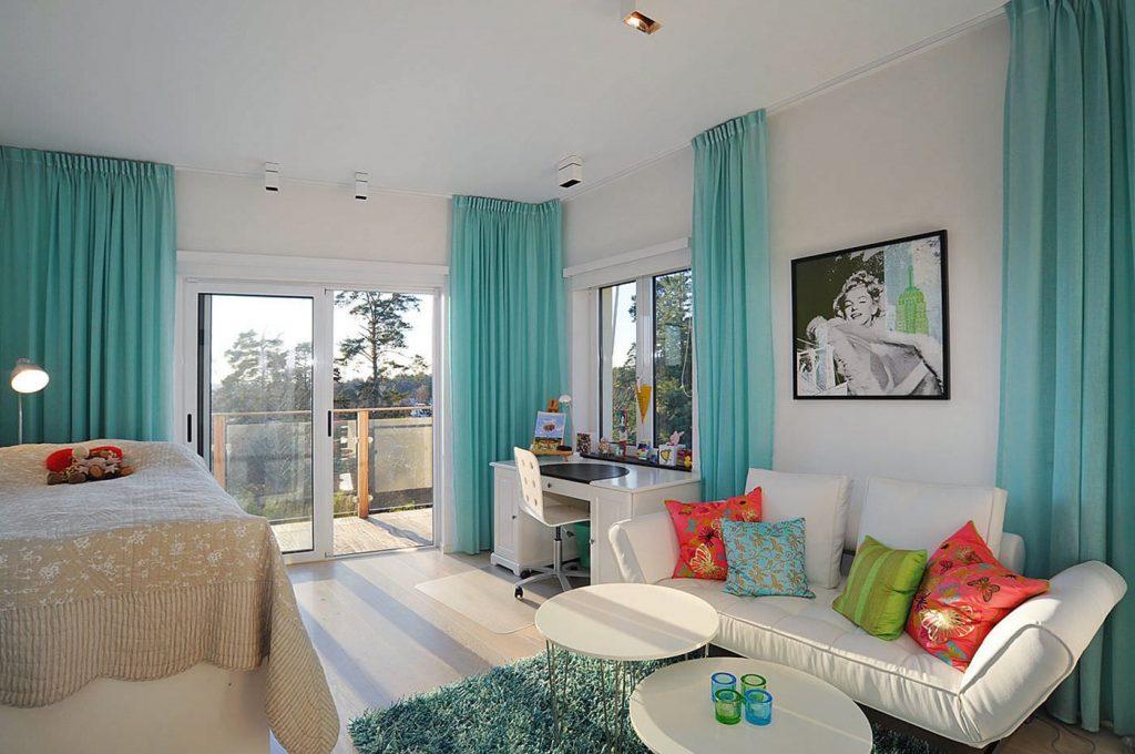 Белая мебель в гостиной с бирюзовыми шторами
