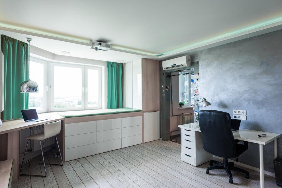 Короткие шторы бирюзового оттенка на окне детской комнаты