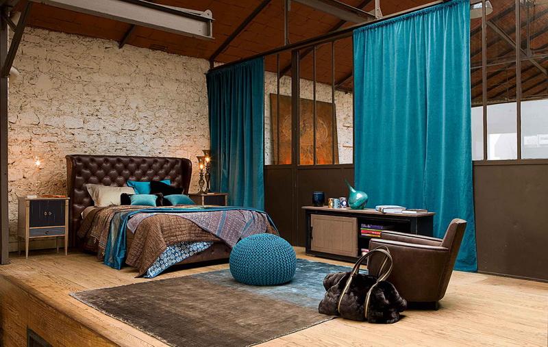Просторная спальня в стиле лофт с прямыми занавесками бирюзового цвета