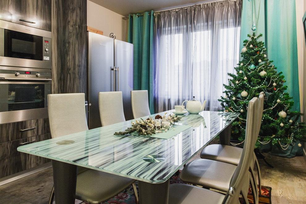 Интерьер кухни-столовой с бирюзовыми шторами перед Новым Годом