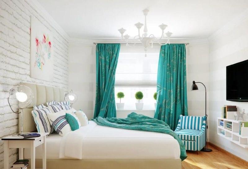 Белая кирпичная стена в спальне с бирюзовыми шторами