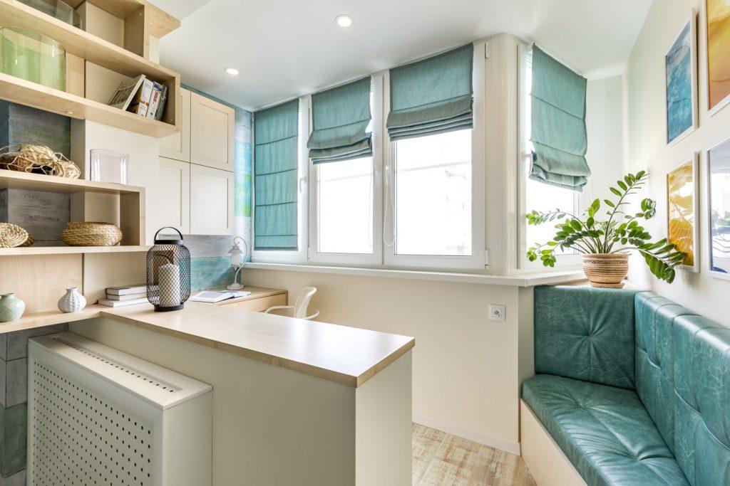 Барная стойка на кухне с бирюзовыми шторами