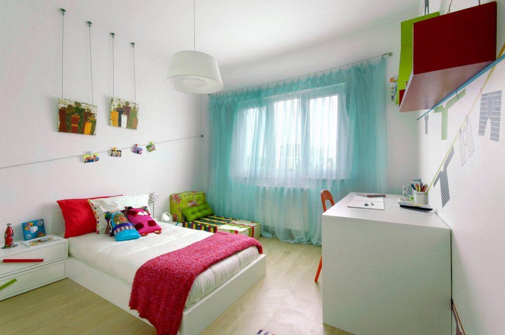 Детская спальня с бирюзовыми шторами