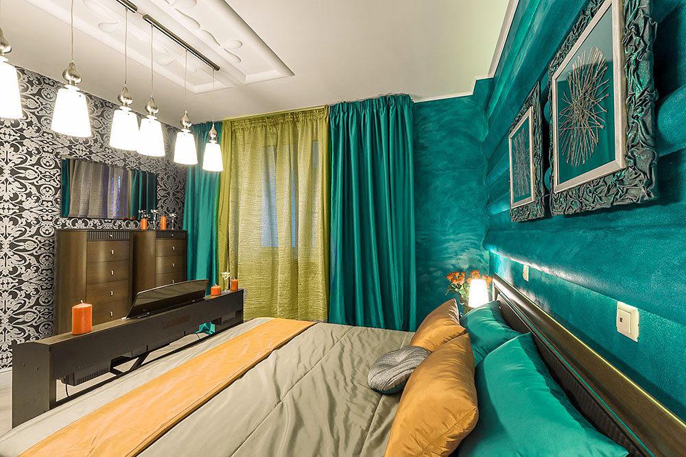 Желто-бирюзовые шторы в спальной комнате