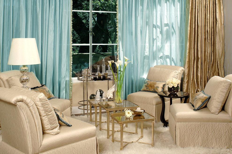 Роскошный интерьер гостиной с занавесками бирюзового тона