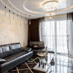 Многоуровневый потолок в гостиной с керамическим полом