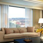 Размещение дивана вдоль окна гостиной