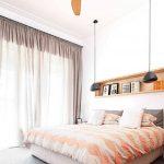 Люстра с вентилятором над кроватью в спальне