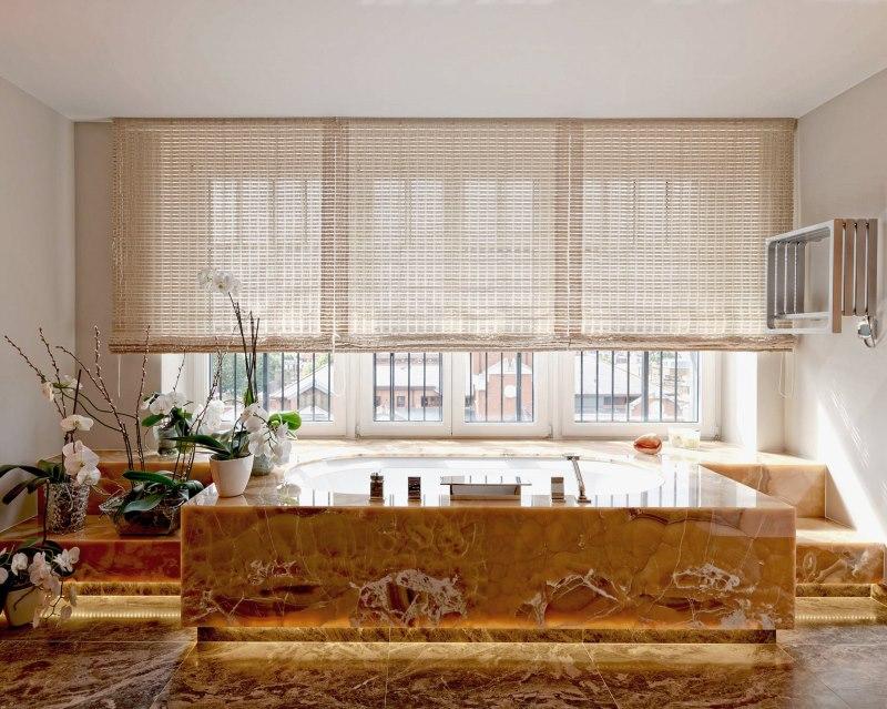 Интерьер большой ванной с бамбуковыми шторами