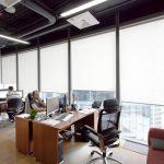 Офисные столы в помещении с панорамным окном