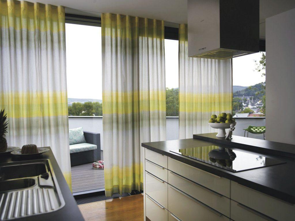 Легкие шторы с переходом на панорамных окнах кухни