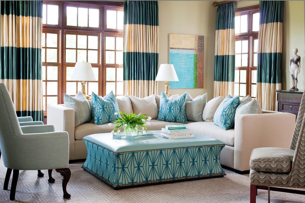 Двухцветные занавески в интерьере гостиной