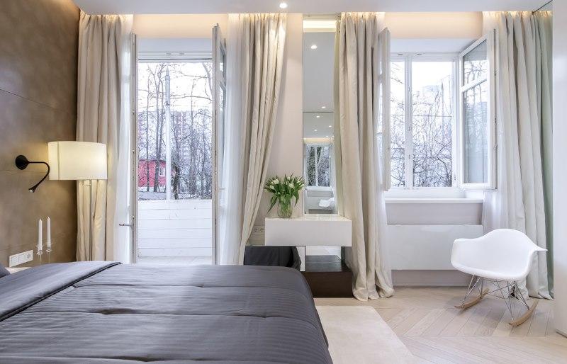 Светлые шторы на карнизе в нише потолка спальни