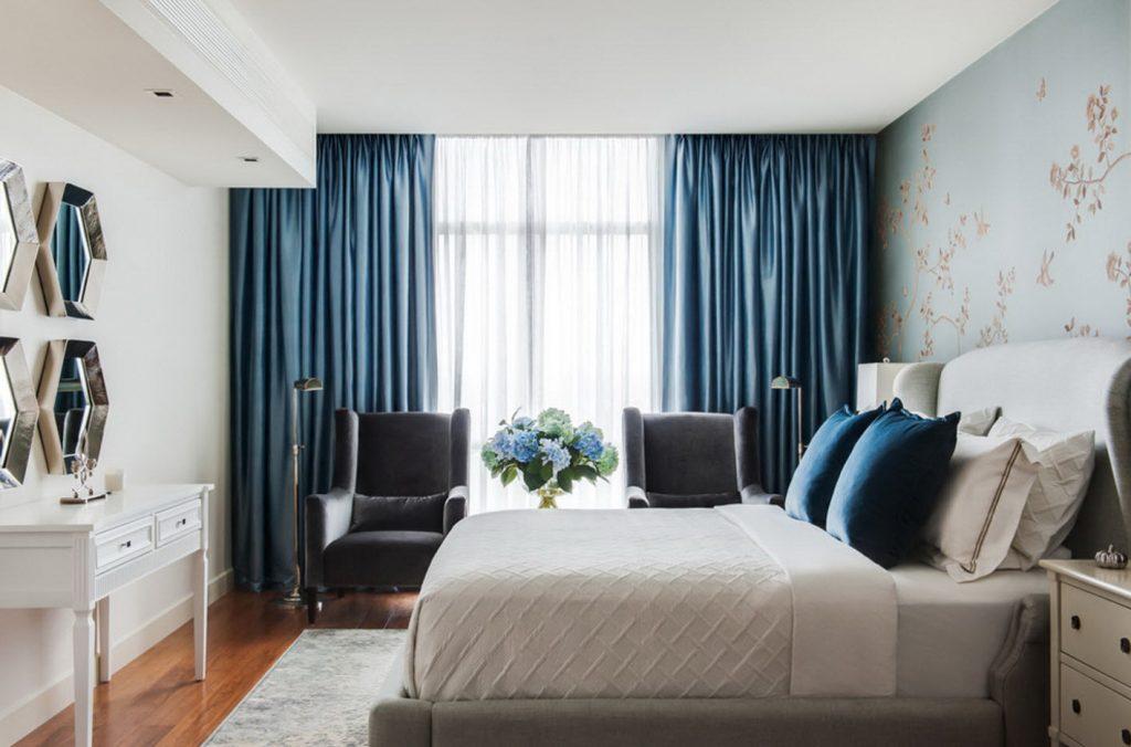 Узкая спальная комната со шторами во всю стену
