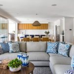 Сине-голубые диванные подушки для совмещенной гостиной
