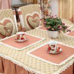 Скатерть с юбкой и салфетки для стола, чехлы на стулья в одной цветовой гамме