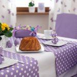 Сочетание белого и сиреневого цветов для украшения праздничного стола