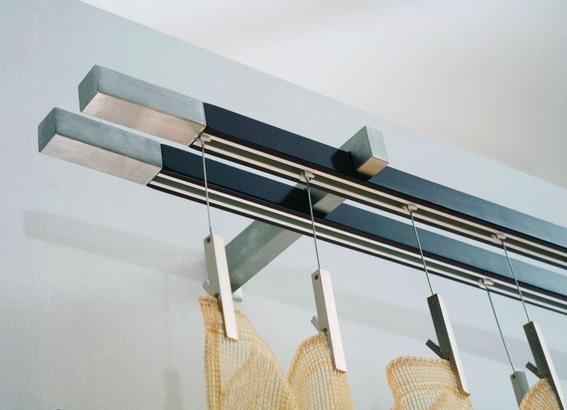 Фиксация легкой шторы на специальных прищепках