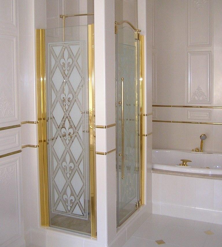 Позолоченный каркас на стеклянных дверках в душе