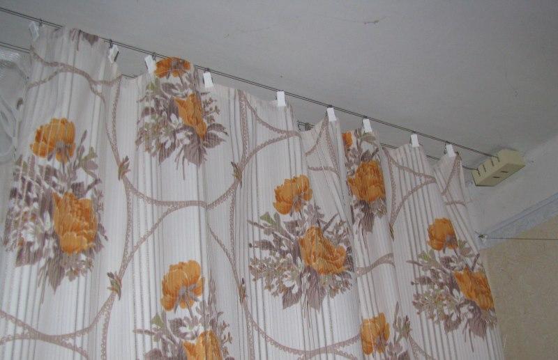 Двухрядный струнный карниз на потолке в зале