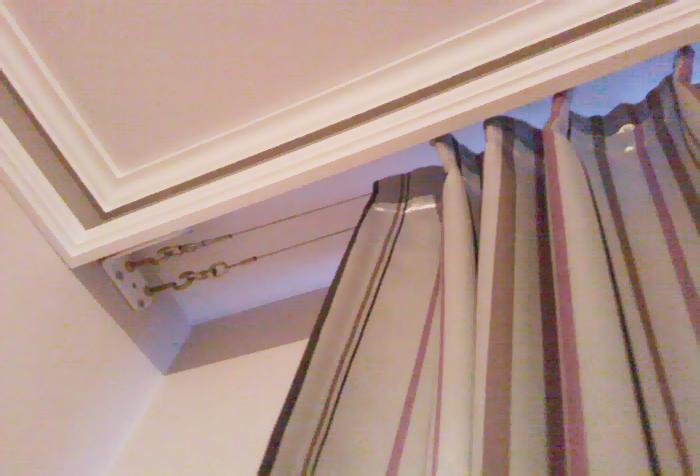 Струнный карниз в потолочной нише