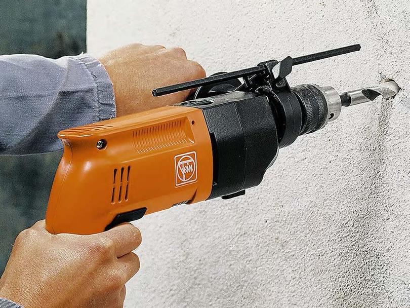 Сверление стены из бетона при монтаже карниза для штор