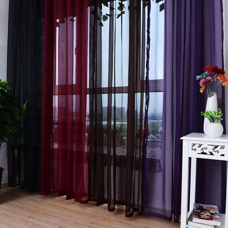 Разноцветный тюль темных тонов на окне в гостиной