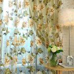 Окно спальни с тюлем в цветочек