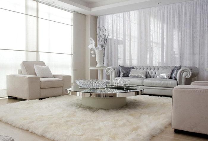 Интерьер современной гостиной с белым тюлем