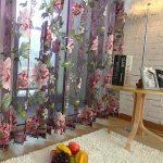 Тюль с большими цветами на окне гостиной