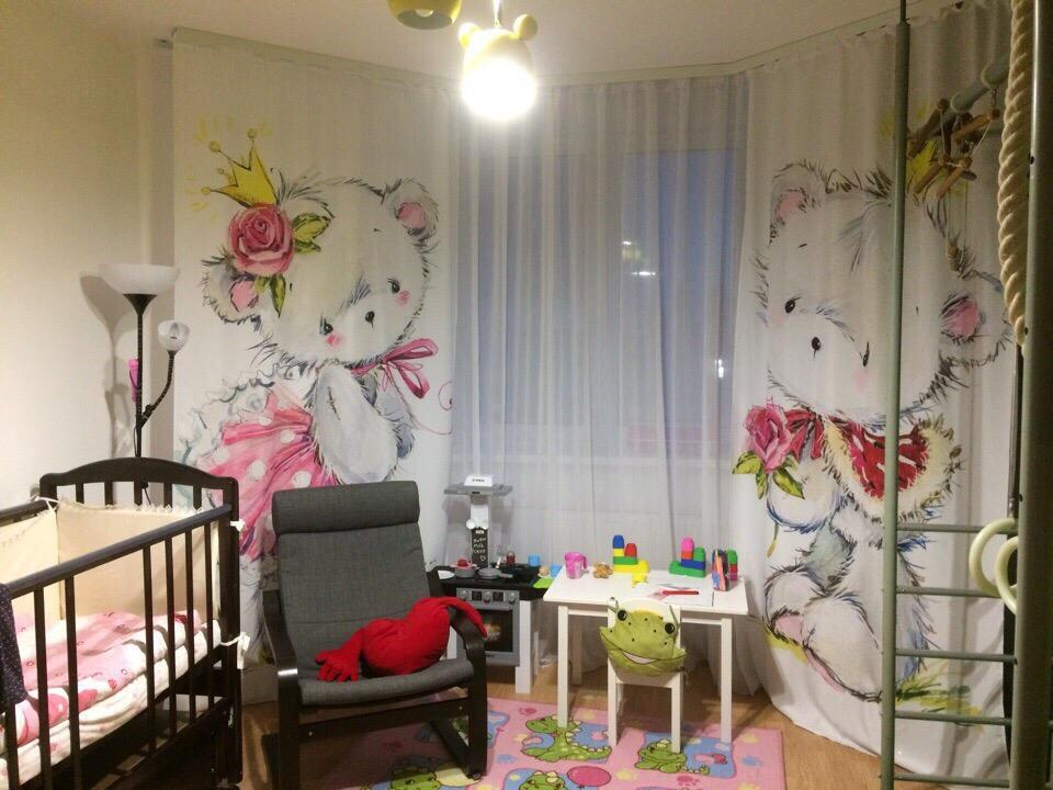 Фототюль с игрушками в спальне новорожденного