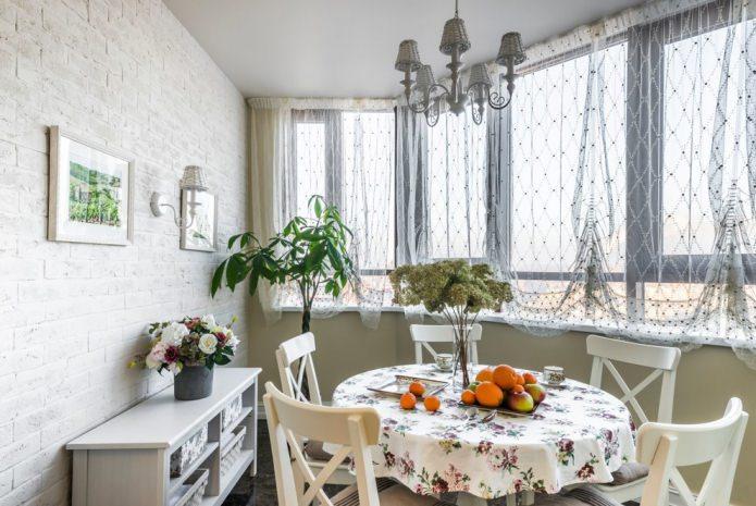 Обеденный стол на кухне в стиле прованс