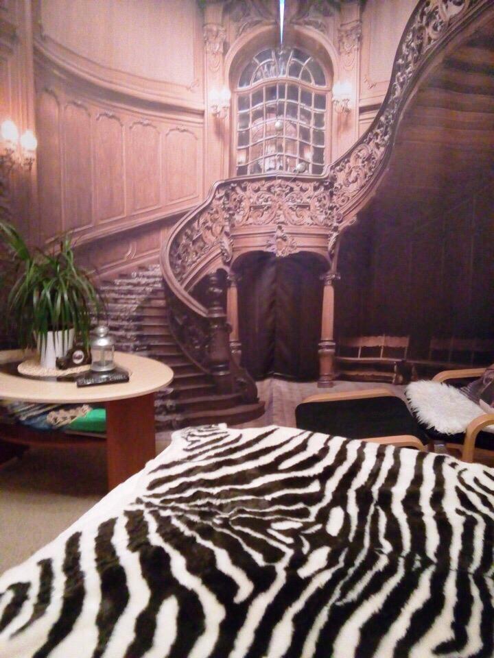 Резная лестница на занавеске в спальной комнате