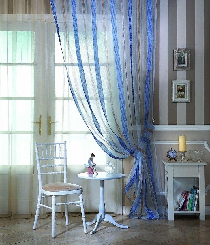 Полосатый тюль с вышивкой на окне гостиной в стиле прованс