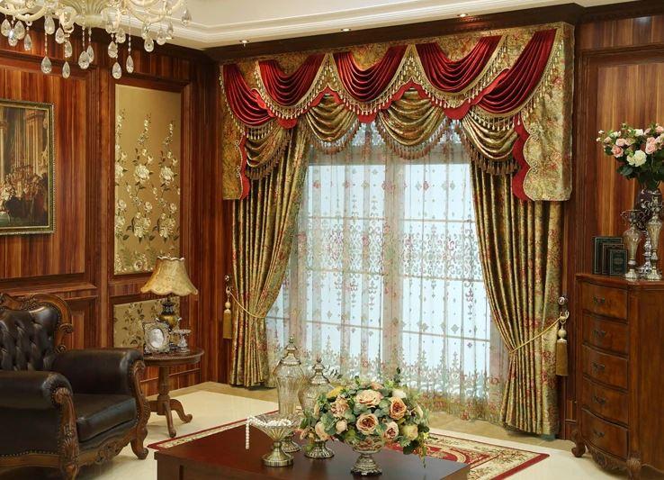 Декор окна в гостиной в стиле барокко