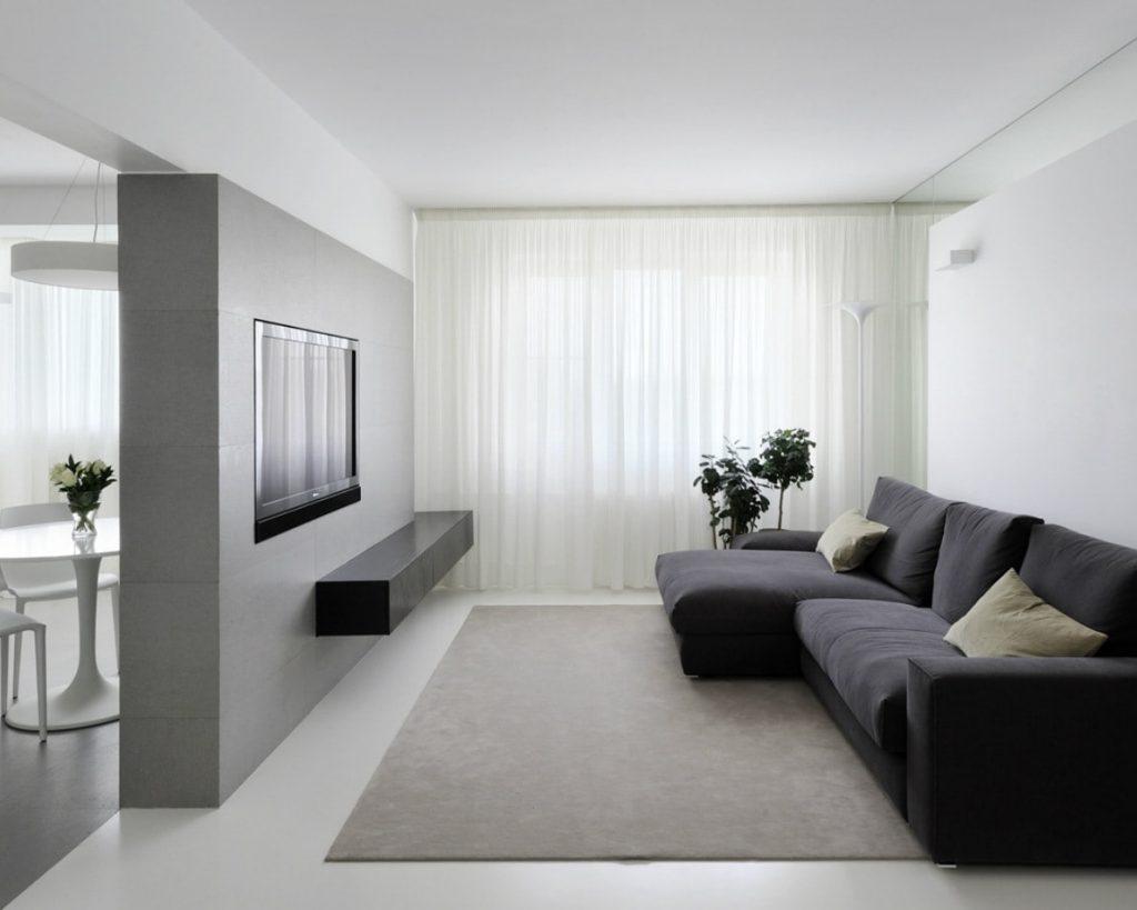 Светлый тюль на окне гостиной в стиле минимализма