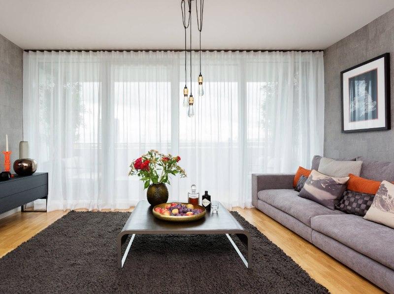 Драпировка тюлем панорамного окна в гостиной