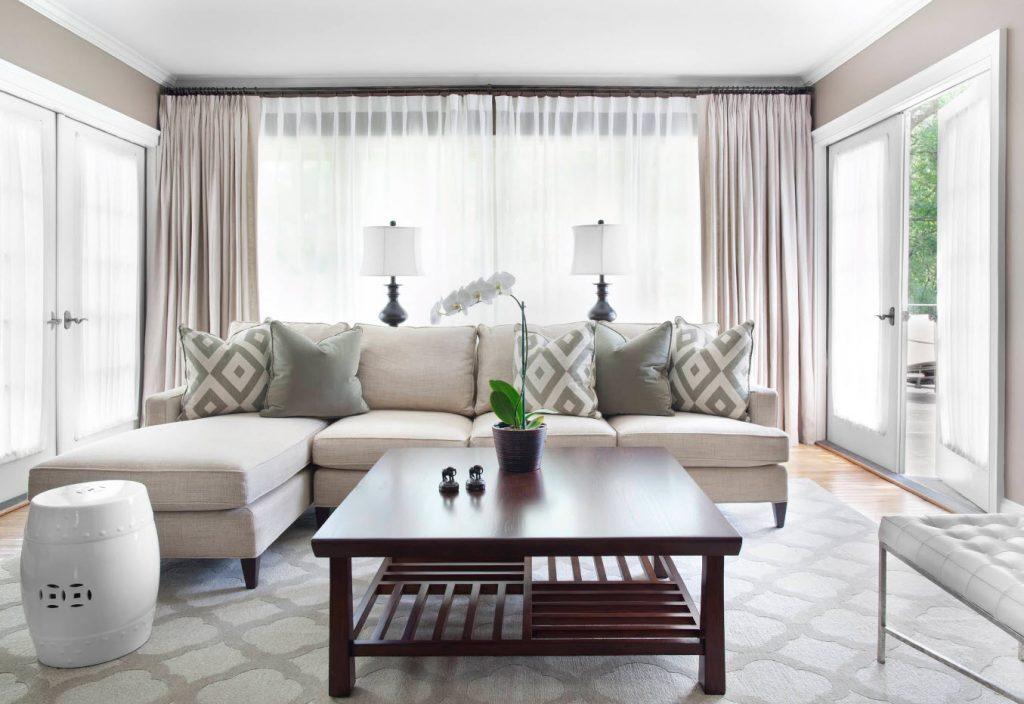Угловой диван в светлой гостиной