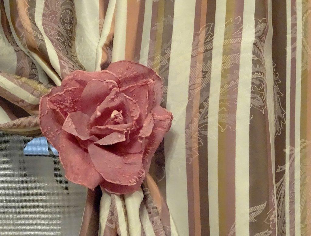 Красивый цветок на тюлевой занавеске