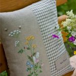 Уличная подушка с полевыми вышитыми цветами