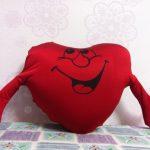 Улыбающееся сердце в виде подушки