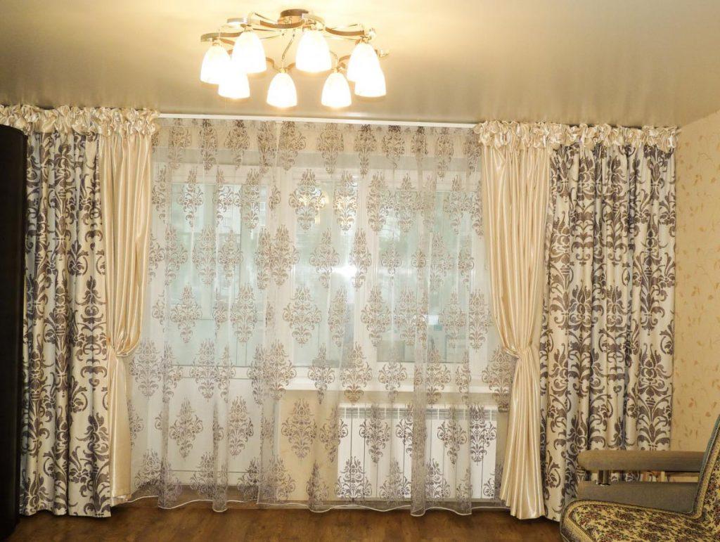 Тюль с вензелями в интерьере гостиной в панельном доме